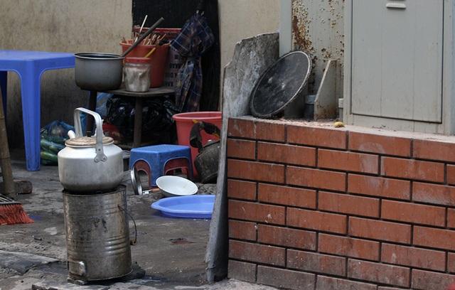 Các trạm biến áp còn được người dân trưng dụng thành nơi bán hàng quán. Thậm chí, bất chấp nguy cơ cháy nổ, các bếp than được đặt ngay sát cạnh trạm biến áp.