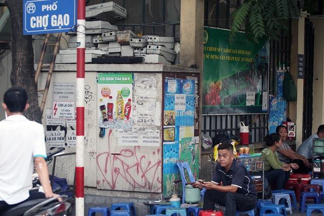 Một trạm biến áp ngay mặt phố Chợ Gạo đã được tận dụng làm nơi bán nước, bất chấp nguy hiểm rình rập.