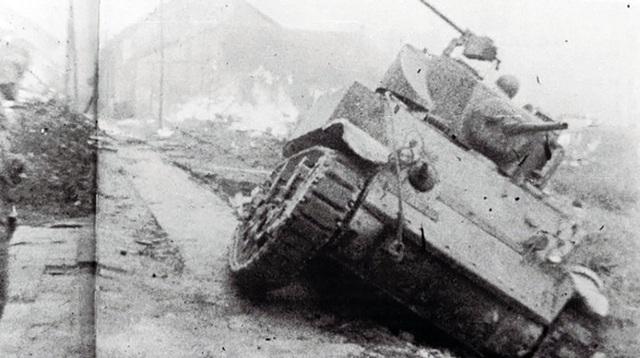 Trải qua 60 ngày đêm chiến đấu kiên cường, anh dũng, sáng tạo, quân và dân Hà Nội hoàn thành xuất sắc nhiệm vụ bảo vệ an toàn cho cơ quan đầu não, tản cư, bảo đảm an toàn cho nhân dân; chuyển hàng ngàn tấn máy móc, vật tư ra An toàn khu, tạo tiềm lực ban đầu cho kháng chiến. Trong ảnh là xe tăng hạng nặng của quân Pháp vây đánh các ổ đề kháng của ta ở khu vực Bắc Bộ Phủ bị tiêu diệt, 12/1946.