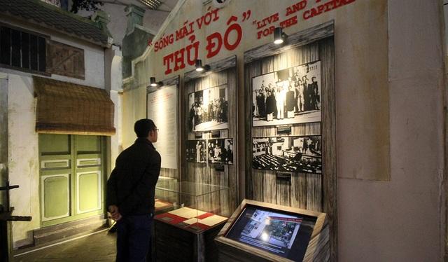 Triển lãm được chia thành ba chủ đề lớn: Nước Việt Nam có quyền hưởng tự do và độc lập; Hà Nội - 60 ngày đêm khói lửa (19/12/1946 đến 17/2/1947) và Giải phóng Thủ đô (10/10/1954). Trong đó, nổi bật là hình ảnh chiến đấu anh dũng của quân, dân Thủ đô trong 60 ngày đêm.