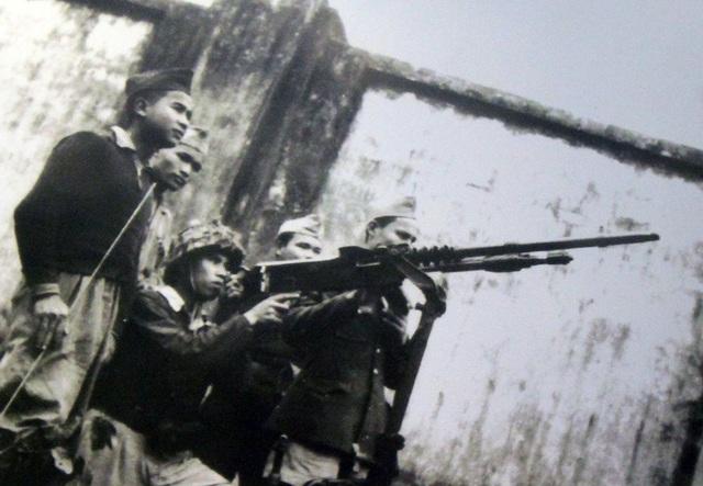 Một tổ trọng liên của đội tự vệ nhà ga Hà Nội đang theo dõi máy bay địch, năm 1946 - 1947.
