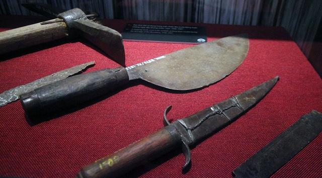 Cuốc chim, dao thái thịt, dao găm được sử dụng trong năm 1946 và 1947.