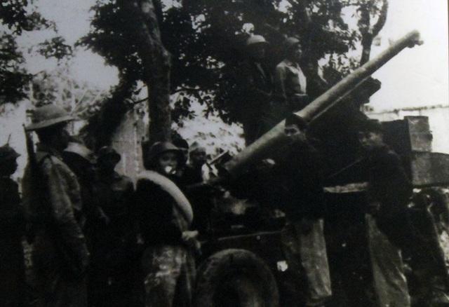 Bộ Chỉ huy Chiến khu XI được kiện toàn. Lực lượng chủ lực bao gồm 5 tiểu đoàn Vệ quốc đoàn, 1 đại đội cảnh vệ, 4 trung đội pháo cao xạ ở các pháo đài Láng, Xuân Canh, Thổ Khối, Xuân Tảo, với tổng quân số là 2.516 người, được trang bị 1.516 súng trường, 3 trung liên, 1 đại liên, 1 ba-dô-ka 60 ly, 1.000 lựu đạn, 80 bom ba càng, 200 chai xăng cơ-rếp, 7 khẩu pháo cao xạ, 1 khẩu sơn pháo 75 ly, 1 khẩu pháo 25 ly, 2 khẩu cối 60 ly. Lực lượng địa phương gần 10.000 người, với Đội tự vệ chiến đấu làm nòng cốt, vũ khí có khoảng 500 - 600 súng trường, 2 trung liên, một số súng ngắn, một số mìn, lựu đạn và giáo mác. Chiến khu tổ chức 13 đội quyết tử đánh xe tăng và 36 tổ du kích đặc biệt.