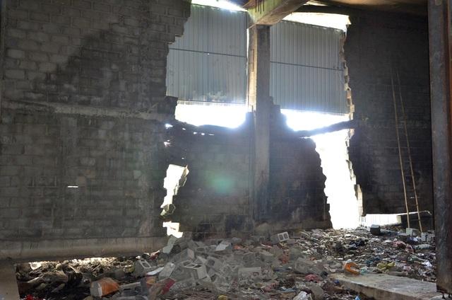 Tường gạch của cầu vượt Nguyễn Hữu Cảnh bị sụp đổ (ảnh Đình Thảo)