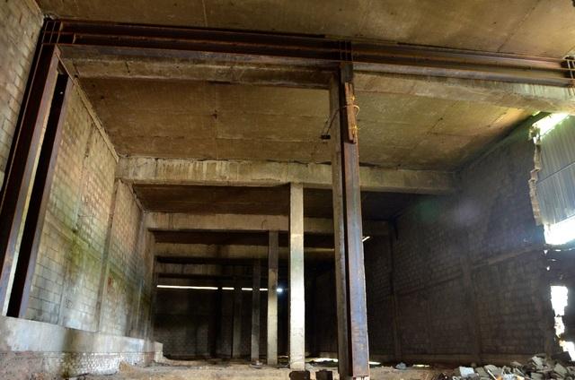 Đơn vị chức năng cho gia cố tạm thời, neo đỡ dầm ngang gối lên trụ bằng hệ thống dầm thép (ảnh Đình Thảo)