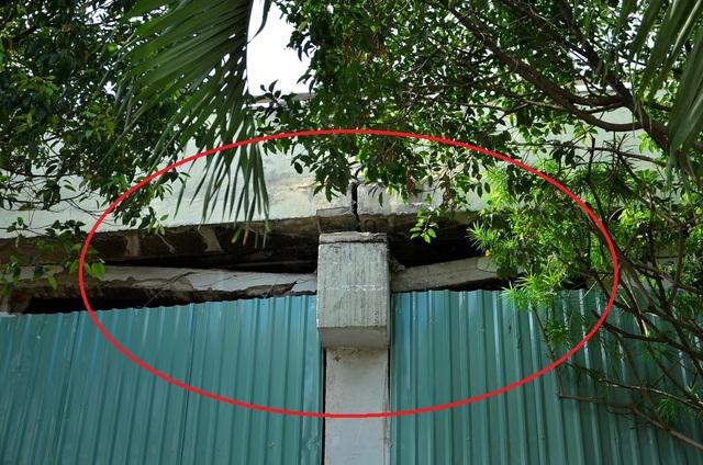 Phần đà kiềng đỡ tường gạch bị nứt gãy (ảnh Đình Thảo)