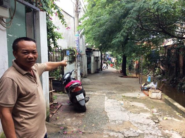 Anh Trần Tiến (người dân phường 15, quận Tân Bình) cho biết cơn mưa lớn chiều 26/8 nước ngập lênh láng, đi từ nhà ra đường Phạm Văn Bạch phải lội nước tới đầu gối. Toàn bộ khu nhà dọc kênh đều bị ngập
