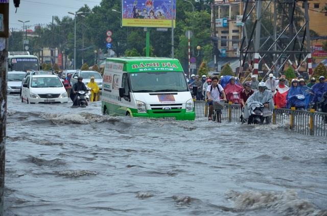 Kẹt xe, ngập lụt là nỗi ám ảnh của người dân TPHCM