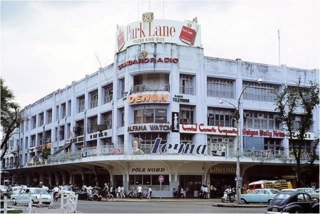 Năm 1960, tòa nhà bắt đầu mang tên Thương xá Tax