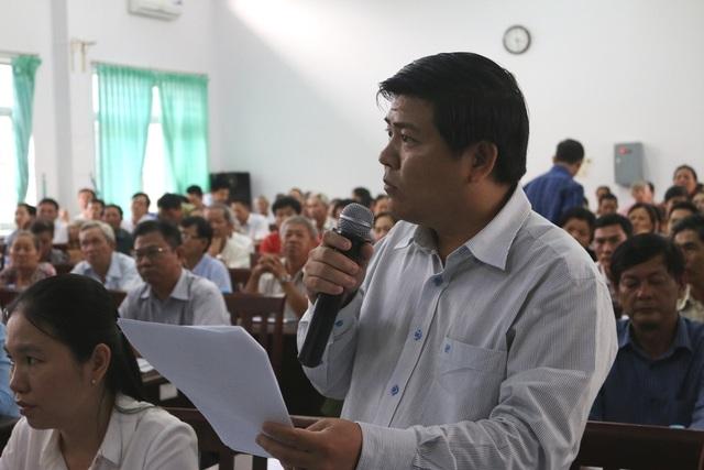 Nguyên Chủ tịch UBND huyện Hóc Môn Lê Tuấn Tài báo cáo tình hình ô nhiễm môi trường ở huyện Hóc Môn tại buổi tiếp xúc cử tri của ứng viên đại biểu Quốc hội khóa XIV, diễn ra ngày 11/5