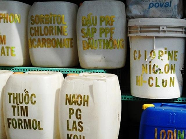 Hóa chất được bày bán tràn lan tại chợ Kim Biên nhưng không có nhãn mác, nguồn gốc xuất xứ, hướng dẫn sử dụng...