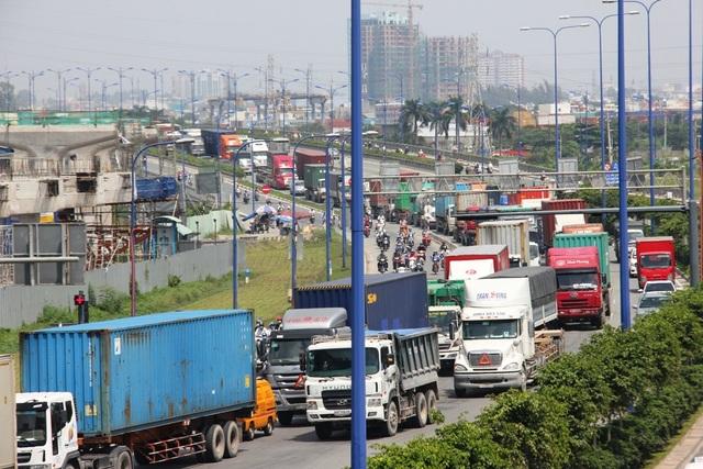 Xe container vận chuyển hàng hóa trên xa lộ Hà Nội (ảnh Lê Nhiên)
