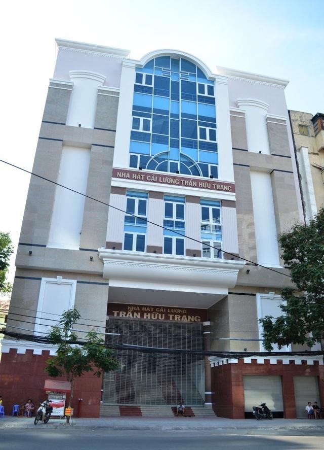 """Nhà hát cải lương Trần Hữu Trang trên đường Trần Hưng Đạo có kinh phí xây dựng 132 tỉ đồng nhưng """"đắp chiếu"""" hơn một năm nay. (Ảnh: Q.A)"""