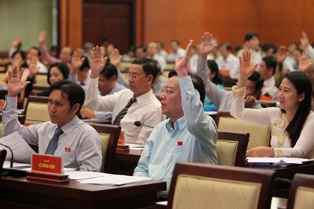 Đại biểu HĐND TPHCM khóa IX biểu quyết thông qua các tờ trình