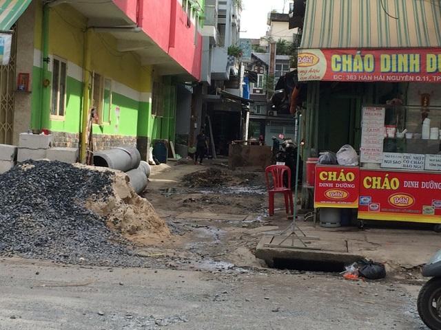 """Cách đó không xa là """"lô cốt"""" nằm giữa đường Hàn Hải Nguyên, nhiều tuyến hẻm đang sửa chữa, nâng cấp tràn lan vật liệu xây dựng"""