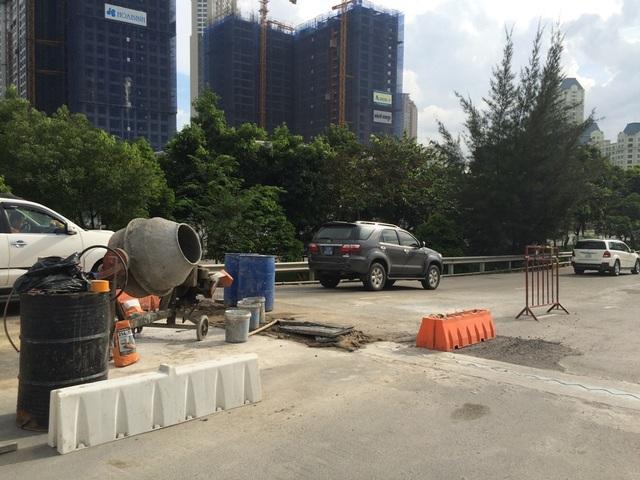 """Khu vực trung tâm thành phố cũng xuất hiện nhiều """"lô cốt"""" như Bình Thạnh, quận 1. Trong ảnh là dự án sửa chữa, nâng cấp cầu vượt Nguyễn Hữu Cảnh"""
