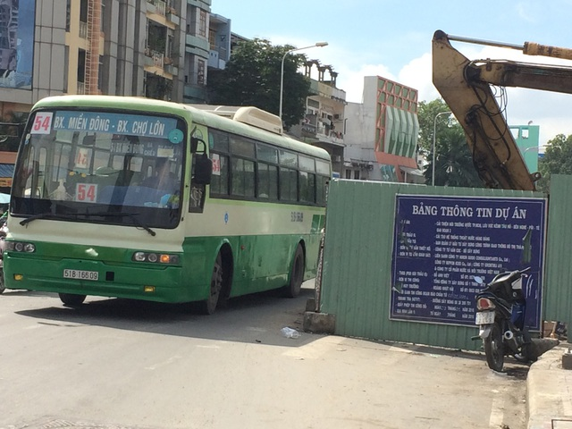 """Trước chợ Kim Biên (quận 5), """"lô cốt"""" chiếm dụng lòng đường, khiến việc lưu thông gặp nhiều khó khăn. Ống cống, vật liệu xây dựng nằm ngổn ngang, tràn ra mặt đường rất nhếch nhác"""