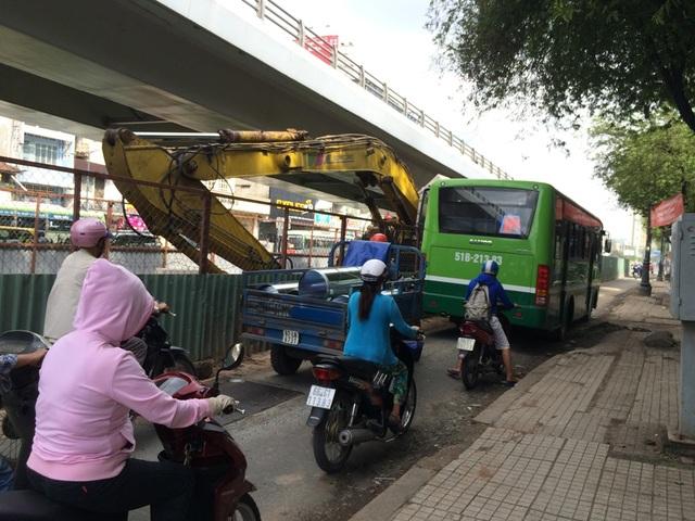 Rào chắn công trường chiếm hơn nửa đường Hồng Bàng (hướng từ Kinh Dương Vương về quận 5) dưới chân cầu vượt Cây Gõ. Các phương tiện qua lại rất khó khăn, đặc biệt là ùn ứ vào giờ cao điểm
