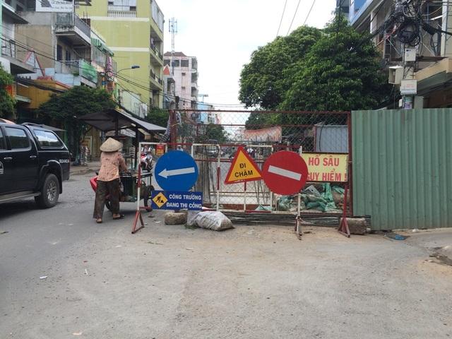 """Biển thông báo """"hố sâu nguy hiểm"""" chiếm hết nửa lòng đường Hàn Hải Nguyên (quận 11)"""