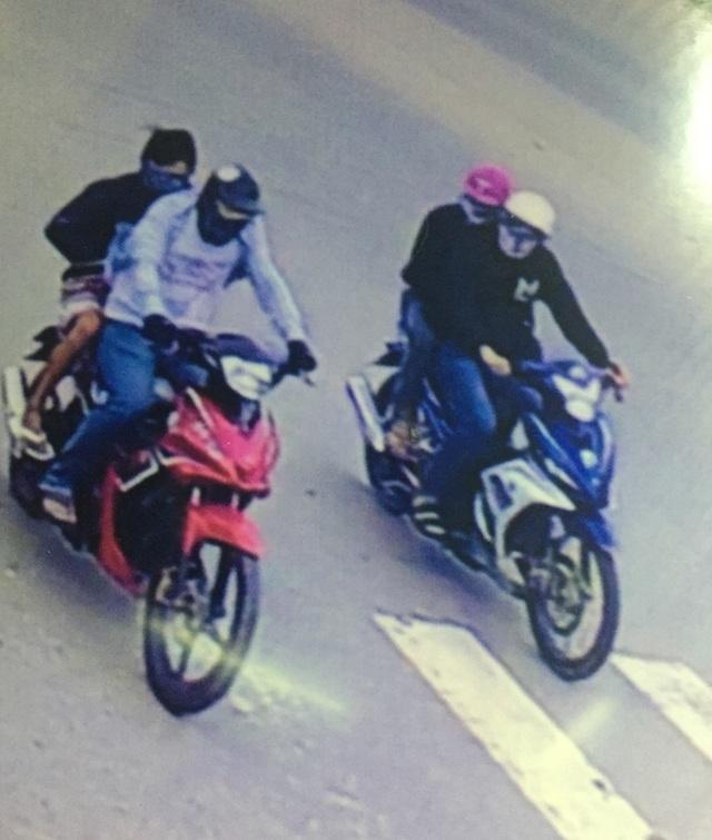 4 đối tượng chạy trên 2 xe máy đi cướp tiệm vàng, ảnh cắt từ clip (T.N)