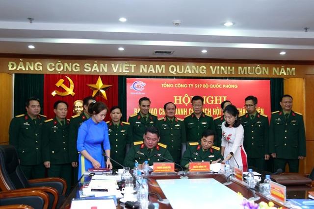 Ký biên bản bàn giao chức danh Chủ tịch HĐTV Tổng công ty giữa Đại tá Phùng Quang Hải và Đại tá Trần Đăng Tú.