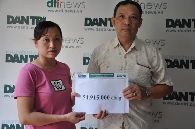 Ông Phạm Huy Thân - Chánh VP báo điện tử Dân trí trao số tiền bạn đọc giúp đỡ đến chị Ly.
