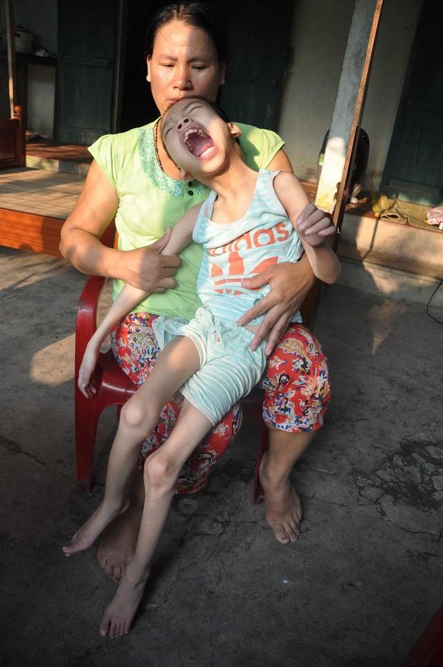 Gánh nặng gia đình dồn cả vào chị Hà nhưng cố lắm chị chỉ kiếm đủ cái ăn.