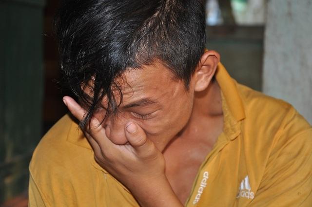 Em khóc thương bố bệnh tật không có tiền đi viện chữa trị.