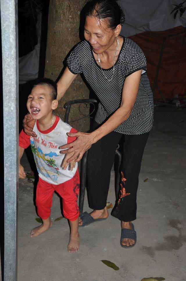Niềm vui của 2 bà cháu sau khi được đi viện chữa trị về.