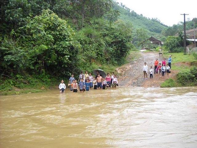 Học sinh phải lội suối để đi học khi đi qua con suối Ngòi Rào trong mùa mưa lũ năm ngoái
