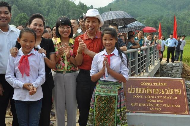Sáng ngày 2/10 tại thôn Yên Thịnh, xã Kiên Thành, huyện Trấn Yên, tỉnh Yên Bái, bà con vui mừng chào đón sự kiện khánh thành cầu Khuyến học & Dân trí.