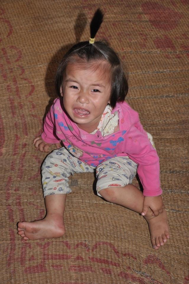 Cô bé Hà Vy vừa đi viện cấp cứu về vì uống phải chai dầu tây thắp đèn của bà.
