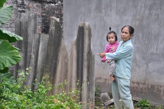 Nhà vệ sinh của gia đình bác Doanh được dựng ở góc vườn.