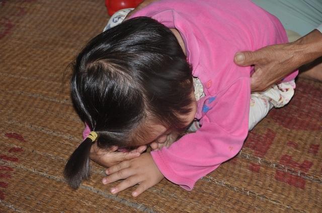 Cô bé 18 tháng tuổi vô tội nhưng bị bố mẹ bỏ lại.