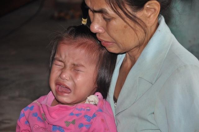 Mẹ bỏ đi, bố cũng bỏ đi, cô bé Hà Vy 18 tháng tuổi phải ở với bà nội.