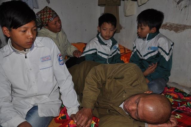 Từ ngày bố bị ung thư nhưng không có tiền đi viện chữa, 3 cậu con trai thường dành hết thời gian của mình bên cạnh bố.