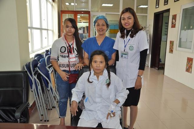 Chị Hòa chụp ảnh kỉ niệm với cán bộ phòng CTXH bệnh viện và cán bộ khoa phòng.