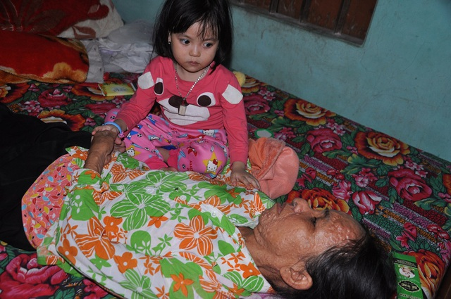 Hoàn cảnh đã bi đát, chị còn đang phải gánh đứa cháu ngoại 3 tuổi.