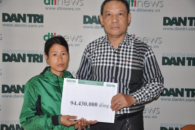 Ông Phạm Huy Thân - Chánh VP báo điện tử Dân trí trao tiền bạn đọc giúp đỡ đến gia đình chị Hương.