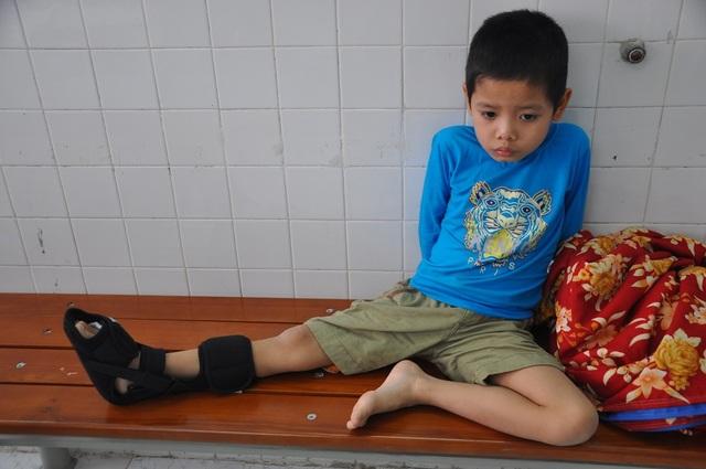 Sau hơn 1 tháng điều trị, hiện tình trạng của bé Việt đã khá hơn nhiều.