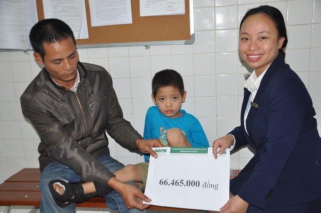 Cán bộ phòng CTXH bệnh viện Việt Đức trao quà đến gia đình cháu Việt.