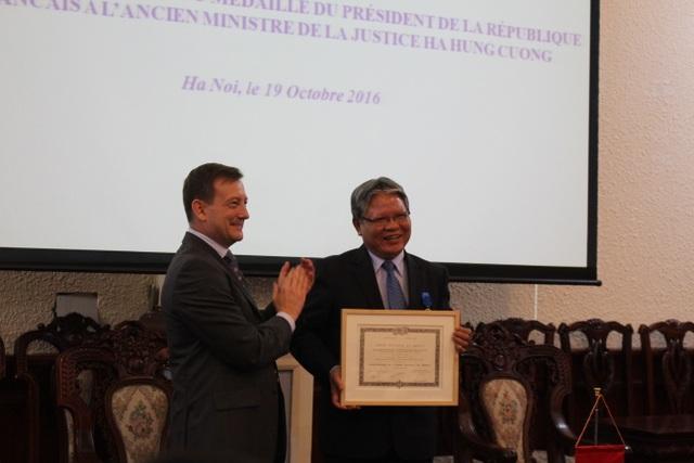 ông Bertrand Lortholary - Đại sứ đặc mệnh toàn quyền Cộng hòa Pháp tại Việt Nam đã công bố quyết định và trao tặng Huân chương Quốc công cho nguyên Bộ trưởng Hà Hùng Cường (Ảnh: Hoàng Thư)