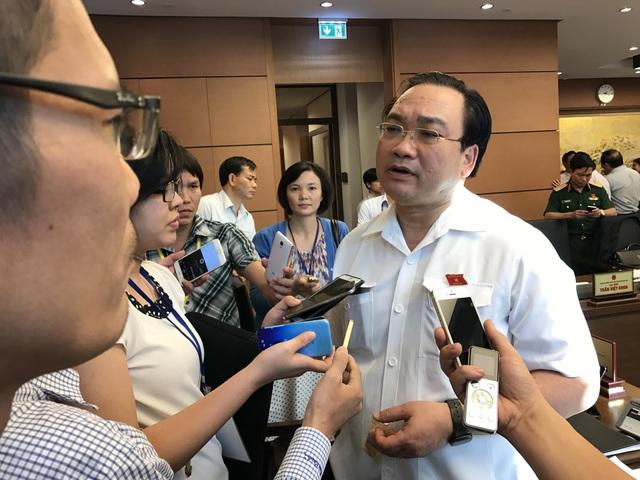 Bí thư Thành ủy Hà Nội Hoàng Trung Hải trao đổi với báo chí chiều 21/10 (Ảnh: T.M)