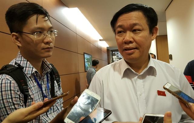 Phó Thủ tướng Vương Đình Huệ trao đổi với báo giới bên hành lang Quốc hội sáng 21/10 (Ảnh: Thế Kha).