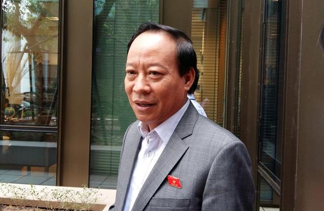 Thượng tướng Lê Quý Vương - Thứ trưởng Bộ Công an trao đổi với báo chí bên hành lang Quốc hội sáng 2/11.
