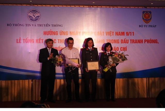 Thứ trưởng Bộ Thông tin và Truyền thông Nguyễn Minh Hồng trao giải cho một số phóng viên các cơ quan báo chí (Ảnh: H.C)