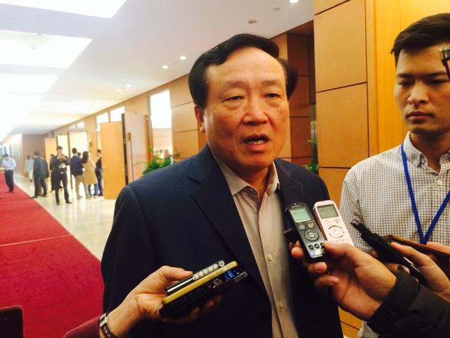Chánh án TAND Tối cao Nguyễn Hòa Bình trao đổi với báo chí bên hành lang Quốc hội chiều 11/11 (Ảnh: T.K)