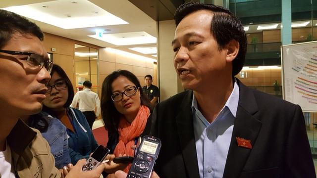 Bộ trưởng Đào Ngọc Dung trao đổi với báo giới bên hành lang Quốc hội sáng 14/11 (Ảnh: Thế Kha)