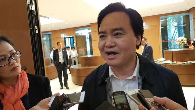 Bộ trưởng Bộ Giáo dục - Đào tạo Phùng Xuân Nhạ trao đổi với báo giới bên hành lang Quốc hội sáng 14/11 (Ảnh: Thế Kha)