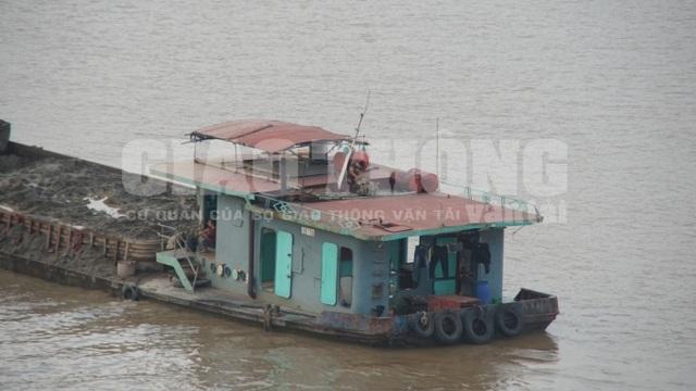 Chiếc tàu đổ trộm bùn xuống sông Hồng được báo chí ghi lại (Ảnh: Tạp chí Giao thông)
